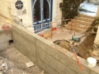 Mur à l'entrée de l'hotel, avant remblais et enduit